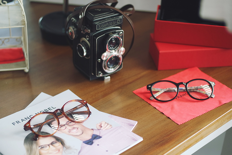 Kacamata Pria Modern Yang Sedang Trendi